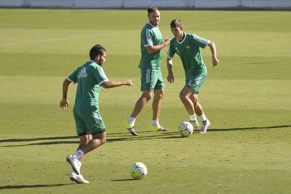 Mel mentaliza a Westermann y N'Diaye para Valencia en el entrenamiento del Betis.