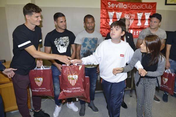 El Sevilla lleva la felicidad a los niños de San Juan de Dios