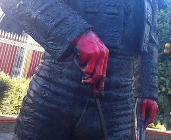 Pintan de rojo sangre la escultura de Curro Romero