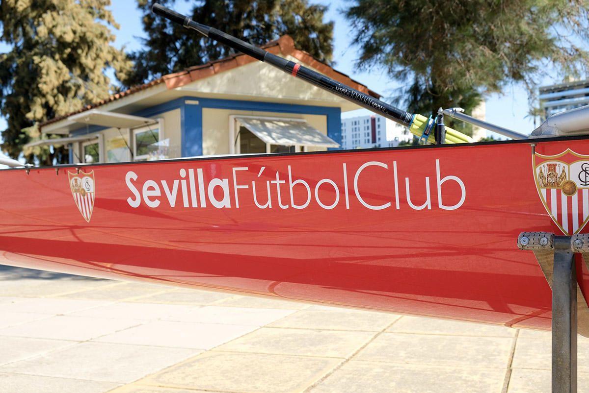 Nolito y Navas, con los remeros del Sevilla