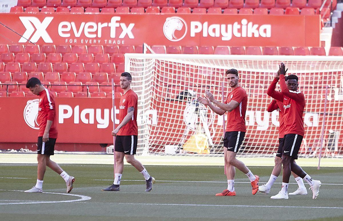 Unos 15.000 sevillistas, según fuentes del club, se concentraron este viernes en el estadio Ramón Sánchez Pizjuán para alentar a sus jugadores en un entrenamiento a puerta abie