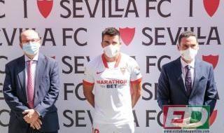 La presentación de Acuña con el Sevilla FC
