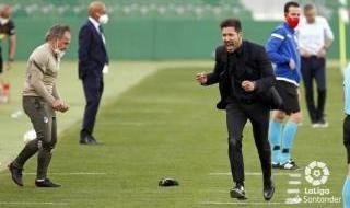 Las imágenes de la polémica en el Elche-Atlético: el penalti se debió repetir